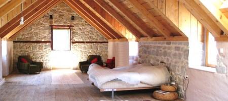 Belle maison en pierre, située dans un petit village au calme