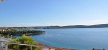 Trogir, 700 m du centre ville et 200 m de la plage, appartement a vendre. Magnifique vue mer!