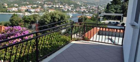 Seget Vranjica 5 km de la ville de Trogir, à vendre charmante maison deuxième ligne de la mer!