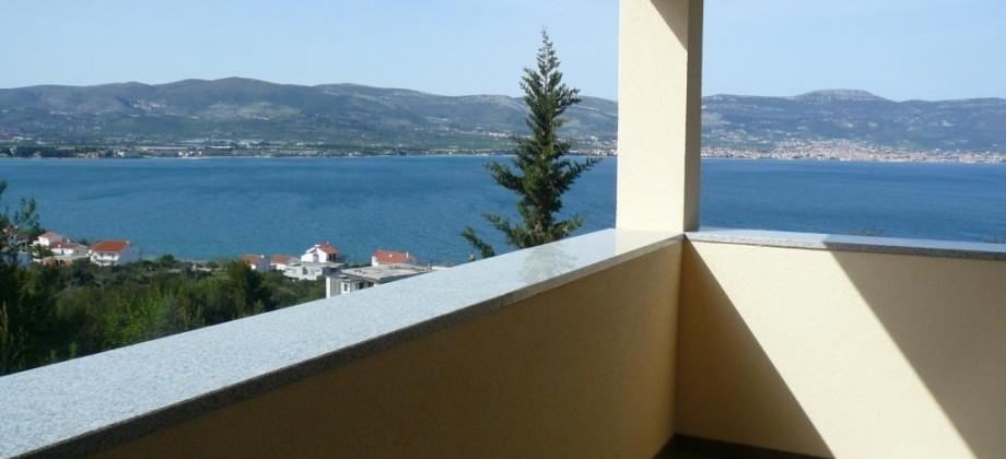 Trogir- Slatine, maison avec 3 appartements a vendre, vue mer, 200 m de la plage!