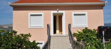 Trogir, Čiovo, maison avec des appartements à vendre 200 m de la plage, vue mer!