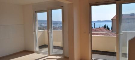 Appartement duplex à vendre 2 km du centre ville de Trogir, vue mer