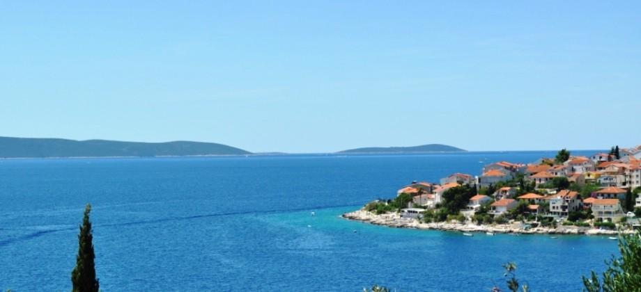 Une maison unique situee sur l'île de Ciovo, entouré des arbres de pins et d'oliviers, offrant une vue mer magnifique
